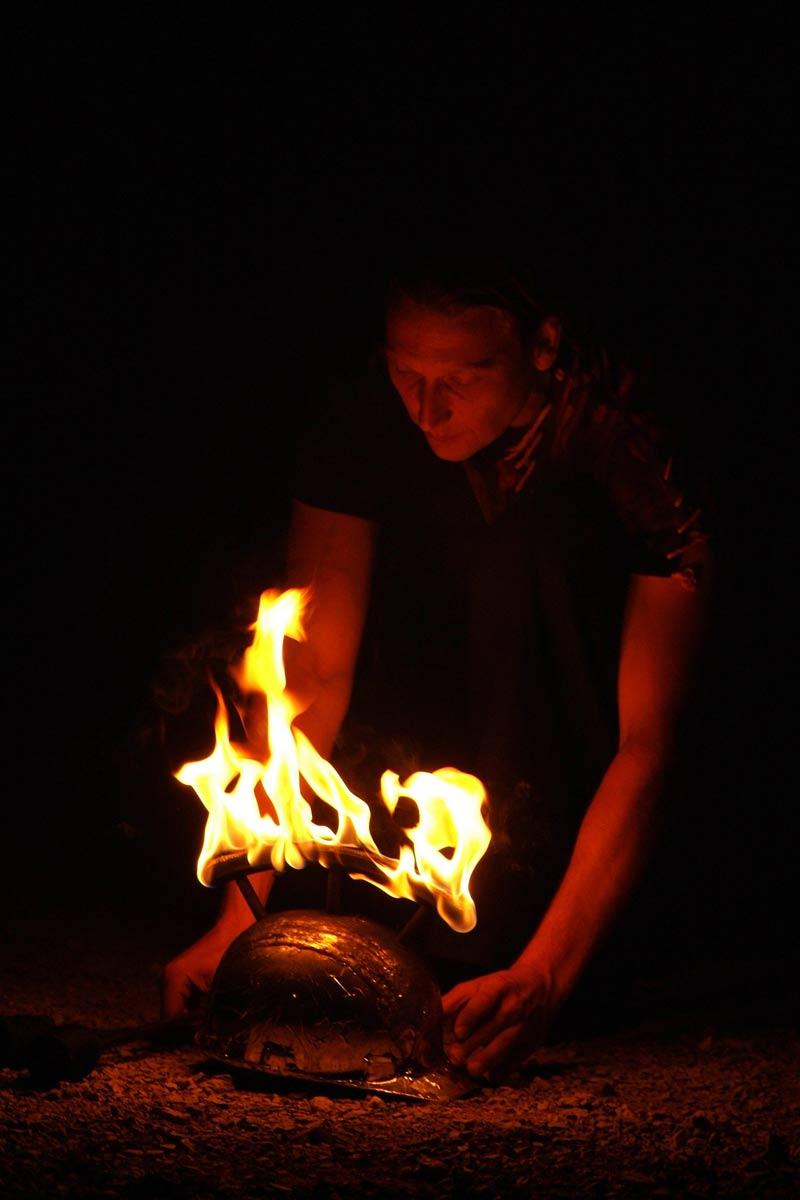 Feuershow brennender Helm