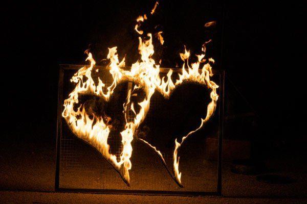 Brennende Herzen als Teil der Hochzeitsfeuershow