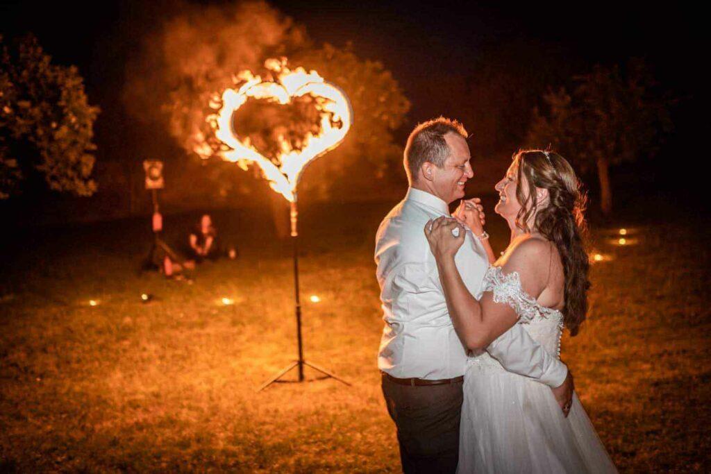 Hochzeitspaar vor brennendem Herz