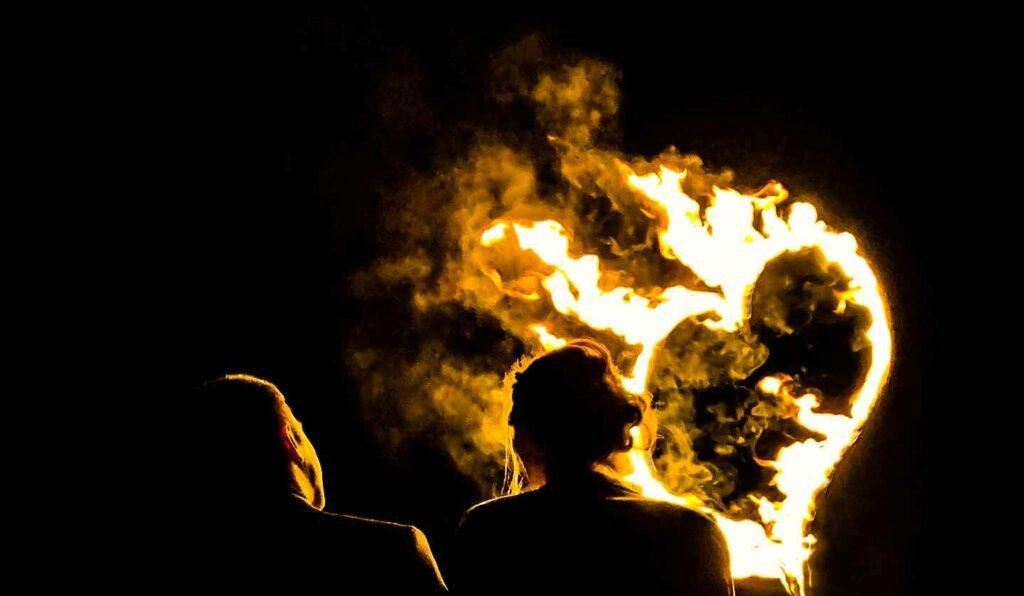 Brautpaar vor brennendem Herzen Hochzeitsfeuershow
